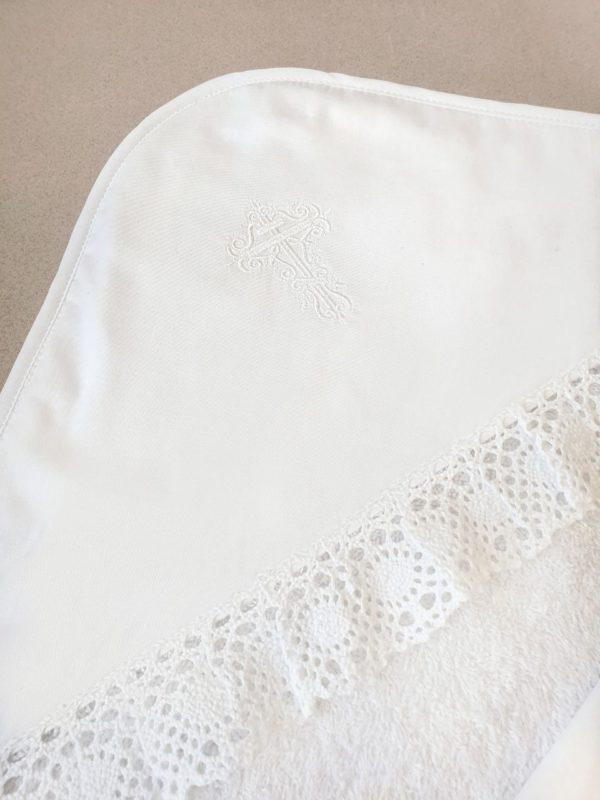 Крестильный комплект с белоснежной вышивкой