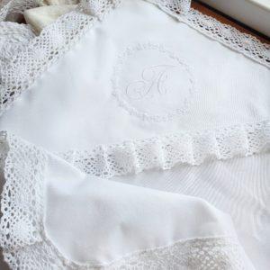 Сатиновая пелёночка с вышивкой в виде монограммы