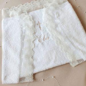 Крестильное полотенце с именной вышивкой и кружевом