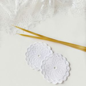 Салфетки под свечи в белом цвете